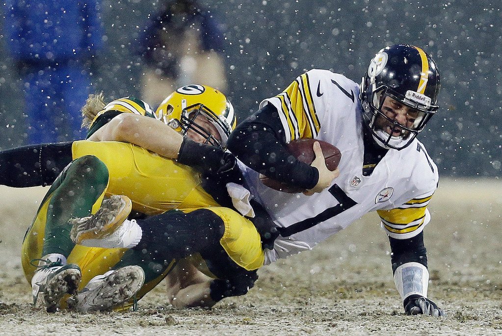 . Green Bay Packers\' Clay Matthews sacks Pittsburgh Steelers\' Ben Roethlisberger during the first half of an NFL football game Sunday, Dec. 22, 2013, in Green Bay, Wis. Matthews was injured on the play. (AP Photo/Mike Roemer)