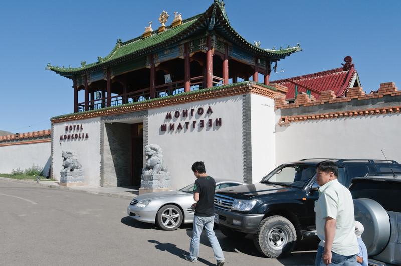 """Das """"Mongolian Hotel"""". Exclusiv, wie man an den Autos sieht. Aber man übernachtet in Jurten!"""