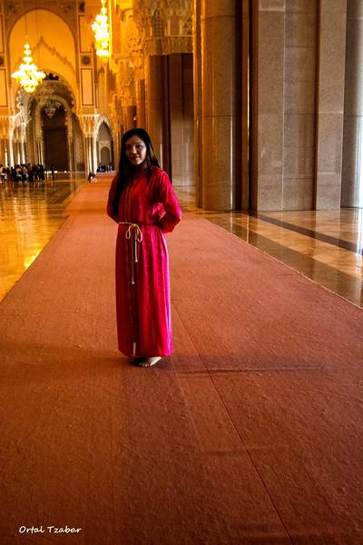 אדומה בתוך המסגד.jpg