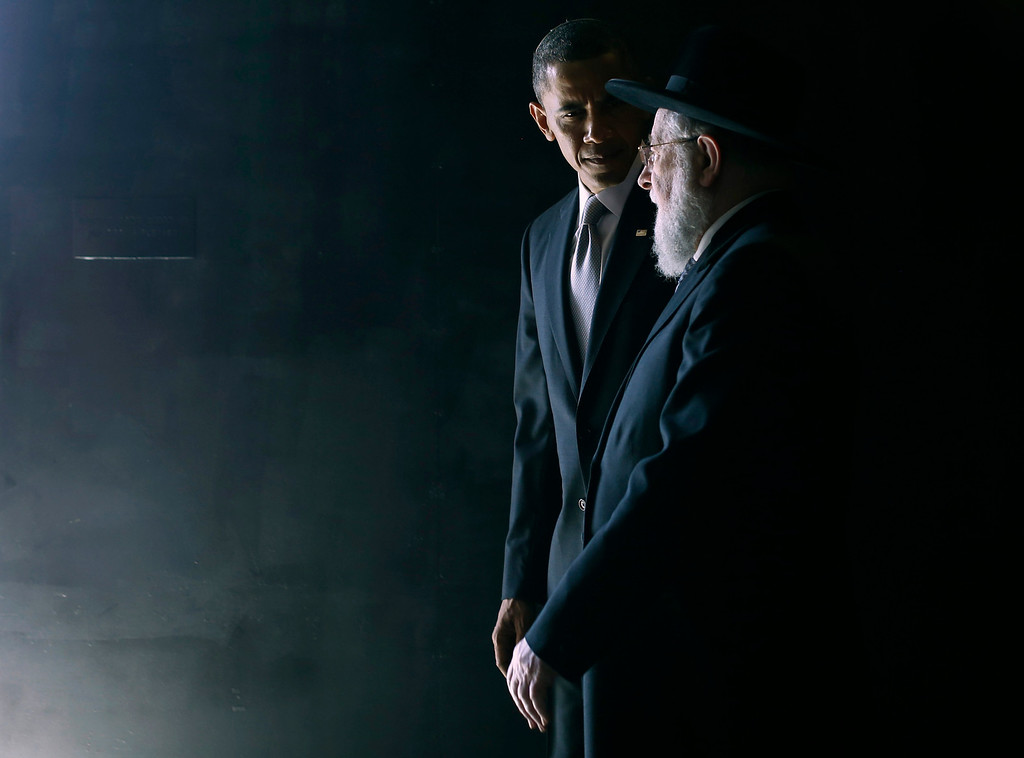 . U.S. President Barack Obama walks with Rabbi Israel Meir Lau in the Hall of Remembrance during Obama\'s visit to the Yad Vashem Holocaust Memorial in Jerusalem, March 22, 2013.    REUTERS/Jason Reed