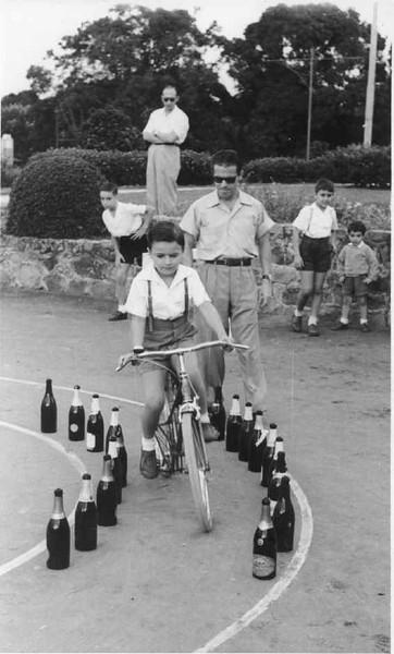 Fernando Queirós.  Alberto Costa. E o segundo a contar da direita é o Abel Alves. Na bicicleta o Eduardo Calisto.