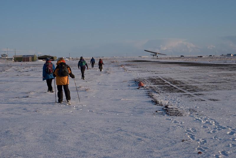 Bæði göngumönnum og flugvélinni þótti vissara að víkja Both the hikers and the airplane decided to move away