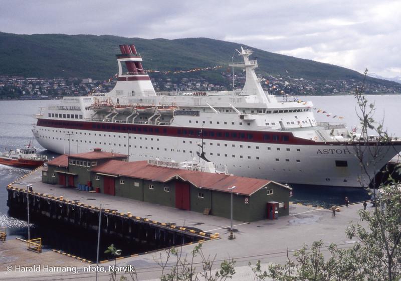 Astoria, cruisebåt ved Pir 1. Fløttmann i bakkant til venstre.