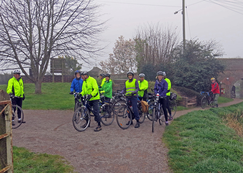 Meeting up with Ken on the canal path at Creech ......there were 13 of us.