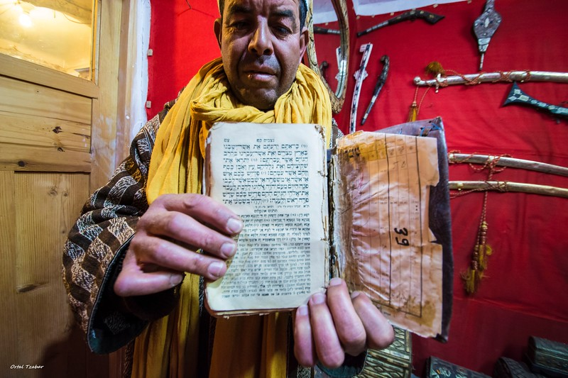 ספר תורה עתיק בוארזאזאת.jpg