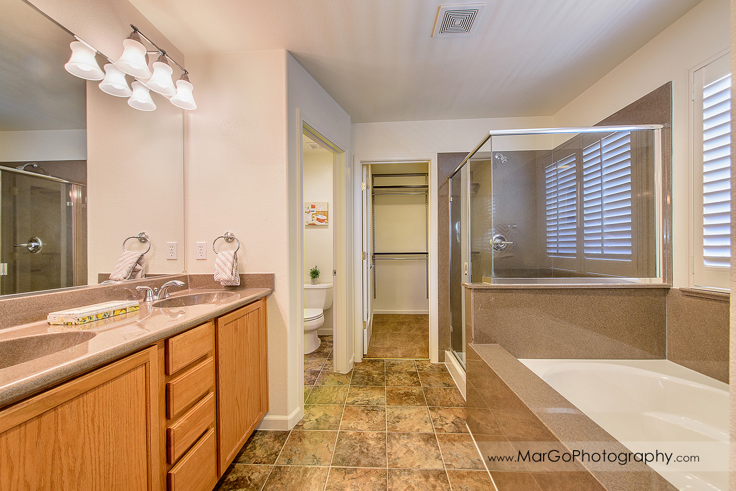 Pittsburd house upstairs master bathroom - real estate photography