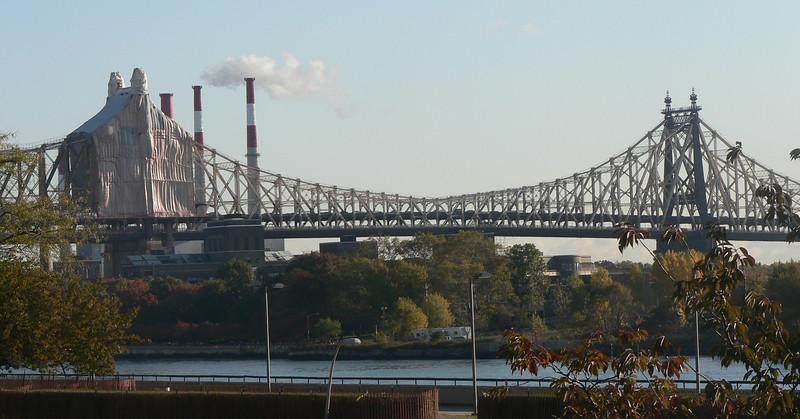 Queensborough bridge som binder samman Queens med Manhattan. Efter 26 km löpning på maran leder bron oss ner på Första avenyn