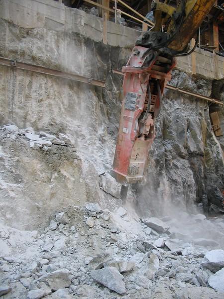 NPK GH40 hydraulic hammer on Komatsu excavator 1 (1).jpg