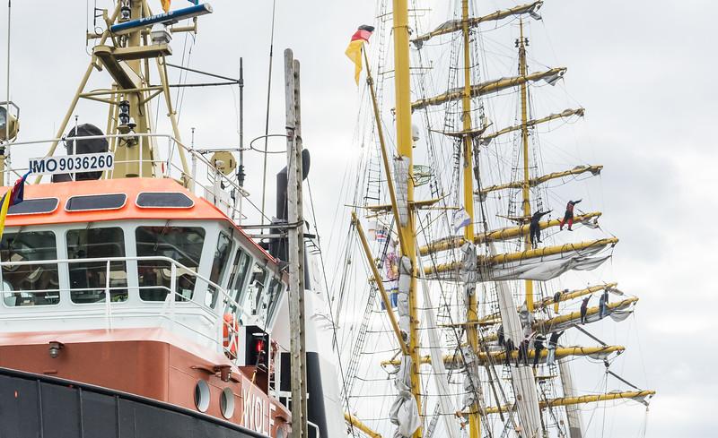 BUGSIER Schlepperwolf und Segel Schiff mit Matrosen in den Raen