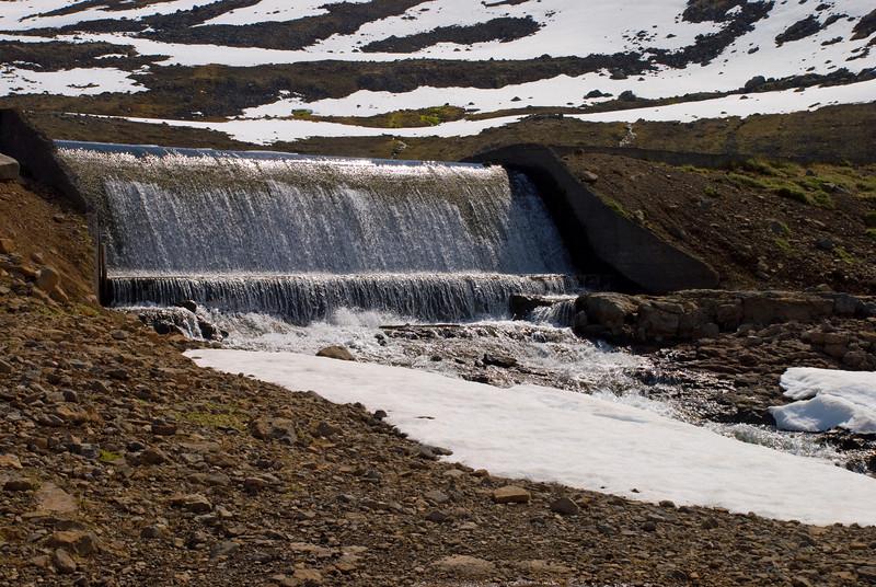 Yfirfallið á stífluni við Fossavatn
