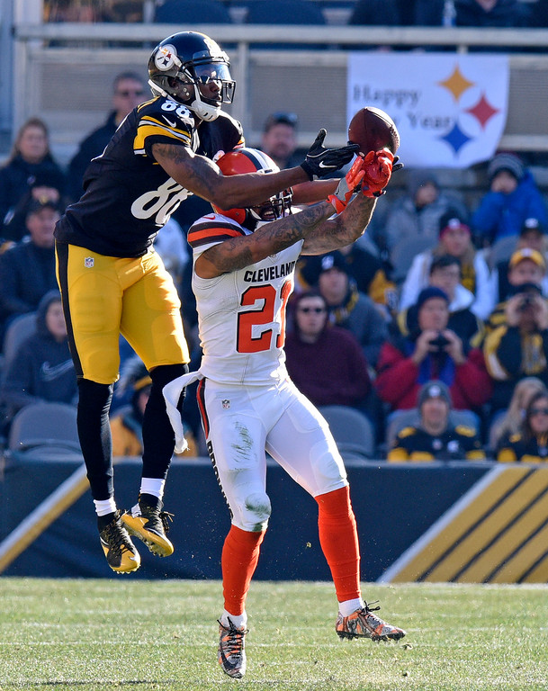 . Cleveland Browns cornerback Jamar Taylor (21) breaks up a pass intended for Pittsburgh Steelers wide receiver Darrius Heyward-Bey (88) during the first half of an NFL football game in Pittsburgh, Sunday, Jan. 1, 2017. (AP Photo/Don Wright)