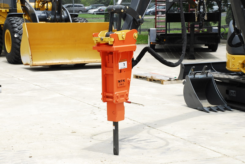 NPK PH2 hydraulic hammer with standard bracket on Deere mini excavator (20).JPG