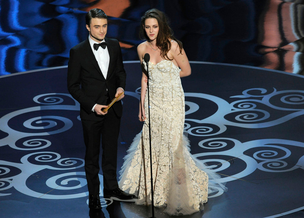 Description of . Actors Daniel Radcliffe, left, and Kristen Stewart present an award during the Oscars at the Dolby Theatre on Sunday Feb. 24, 2013, in Los Angeles.  (Photo by Chris Pizzello/Invision/AP)