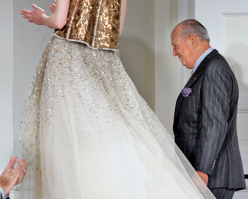 . In this Feb. 4, 2008, file photo, designer Oscar de la Renta is applauded after the presentation of his fall 2008 collection during Fashion Week in New York.  (AP Photo/Richard Drew, File)