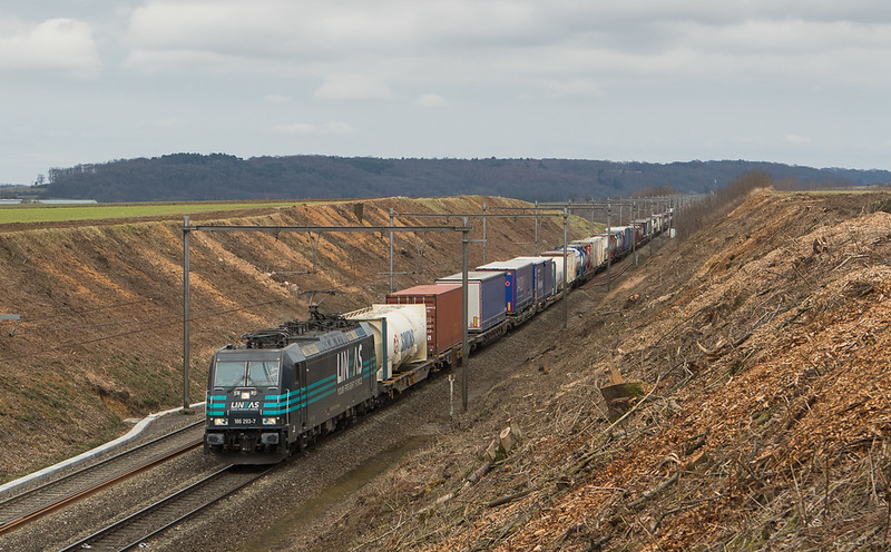 in 2018 a major deforestation effort was undertaken on the L24. Lineas 186 293 brings the 40070 (Gallarate/I - Antwerpen-Noord) into the large cut at Dalhem in a scene reminiscent of the construction phase of the line.
