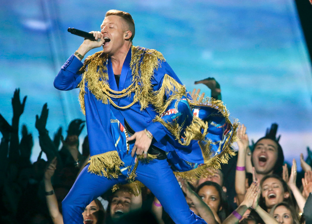 ". Macklemore performs ""Can\'t Hold Us\"" at the 2013 MTV Movie Awards in Culver City, California April 14, 2013.  REUTERS/Danny Moloshok"