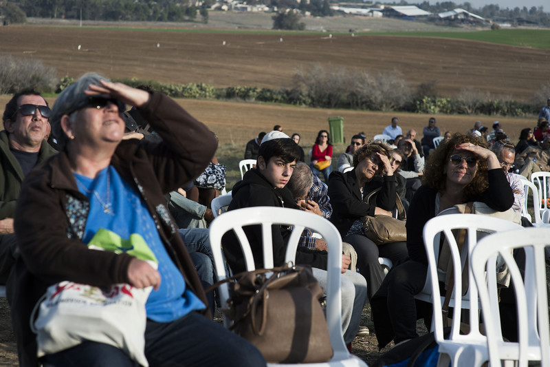 . People observe the burial ceremony for Israel\'s former Prime Minister Ariel Sharon at Havat Hashikmim on January 13, 2014 in Israel. Former PM Ariel Sharon\'s died on Saturday aged 85 in Tel Hashomer hospital near Tel Aviv and had been in a coma since January 4, 2006.  (Photo by Ilia Yefimovich/Getty Images)