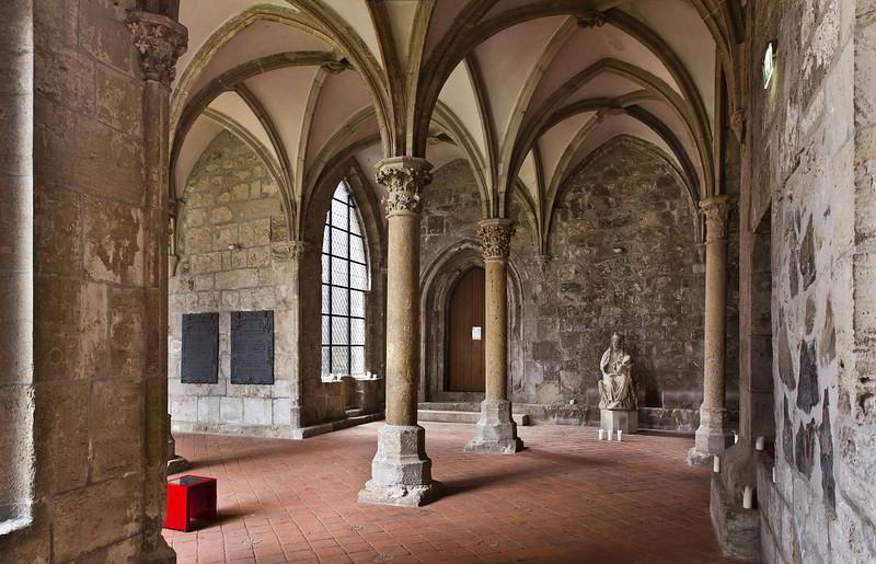 Walkenried, Klosterkreuzgang. Nordostecke mit Madonna (Mitte 13. Jh.)