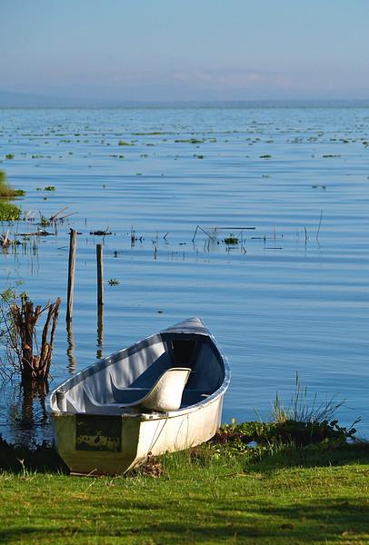 En stille morgen, en båt klar til bruk på Naivasha-sjøen, oktober 2007. *** A quite morning, a boat by the lake. Lake Naivasha, October 2007 (Foto: Geir)