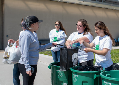 042516 Student Volunteer Connection Recycling