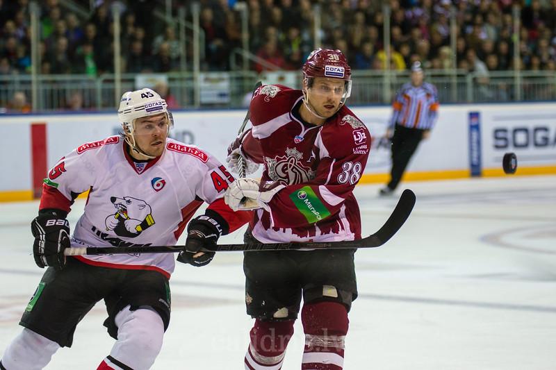 Kokuyov Semyon (45) un Paul Szczechura (38) noskatās uz gaisā lidojošu ripu