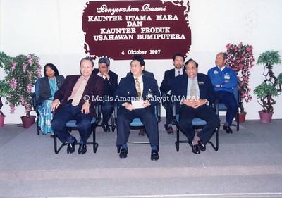 1997 - PENYERAHAN RASMI KAUNTER UTAMA MARA DAN KAUNTER PRODUK USAHAWAN BUMIPUTERA