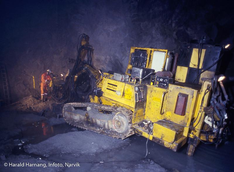Boring i gruve. Nikkel og olivin, gruve på fjellet og anlegg for utskipning nede ved fjorden. Ballangen kommune.