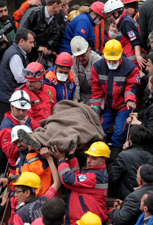 . A miner is carried to an ambulance by rescue teams after a coal mine explosion, on May 14, 2014 in Soma, Manisa, Turkey. (Photo by Ahmet Sik/Getty Images)