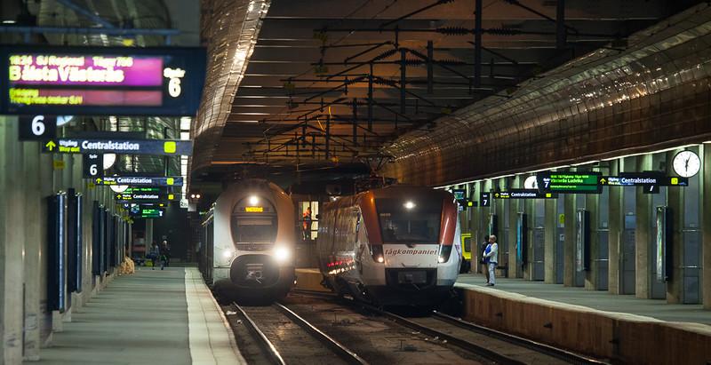 Tågkompaniet X52 9039 and X40 3706 in Stockholm Central.
