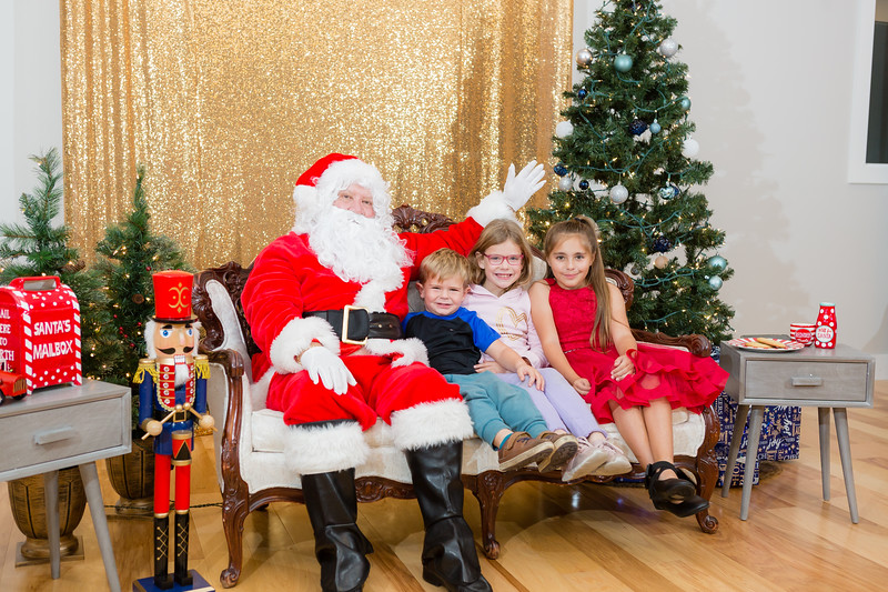 FADS Picture with Santa-315.jpg