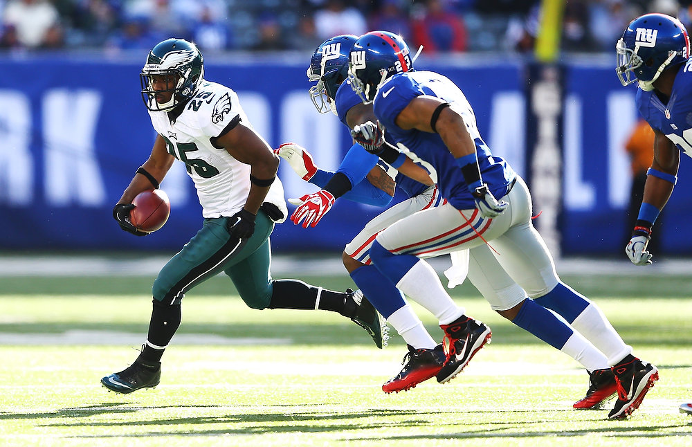 . LeSean McCoy #25 of the Philadelphia Eagles runs against the New York Giants  in action during their game against the at MetLife Stadium on December 30, 2012 in East Rutherford, New Jersey.  (Photo by Al Bello/Getty Images)