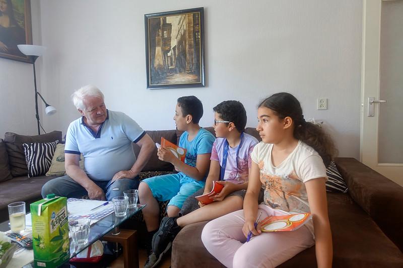 Nederland, Amsterdam, 19 juni 2017, leerlingen van de J M Coenenschool interviewen de heer en mevrouw Kuklewski over hoe ziji  begin jaren tachtig  vanuit Polen in Nederland terecht kwam, foto: Katrien Mulder