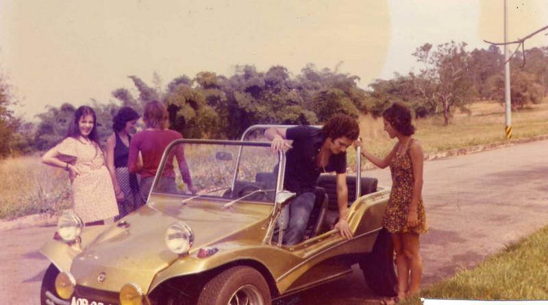 Dundo 1974 Isabel Henning, Mané Mendes,  Luis Mendes de costas;  A gravida é a São, mulher do Mane e a irmã dela