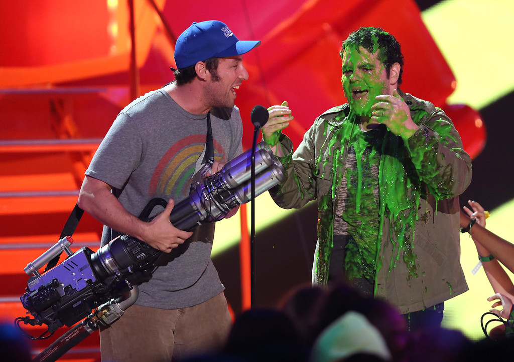 . Adam Sandler, left, slimes Josh Gad at Nickelodeon\'s 28th annual Kids\' Choice Awards at The Forum on Saturday, March 28, 2015, in Inglewood, Calif. (Photo by Matt Sayles/Invision/AP)
