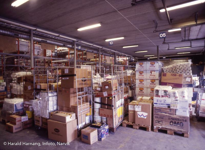Kr. Hansen engros, kontainere som er ferdig pakket og klar for forsendelse med bil.