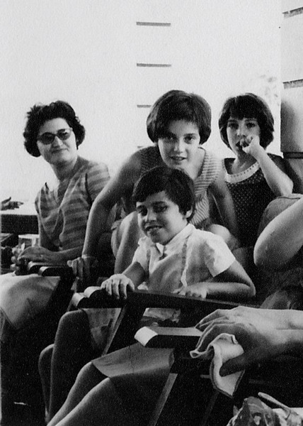 D. Fernanda Antonio Silvia e filhas Lidia e Bela e Zelinha Adalberto ( mao na boca)