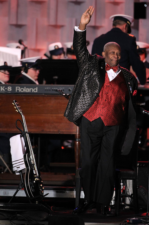 . Singer B.B. King acknowledges the audience during the 2010 National Christmas Tree lighting ceremony December 9, 2010 at the Ellipse, south of the White House, in Washington, DC.   (Photo by Alex Wong/Getty Images)