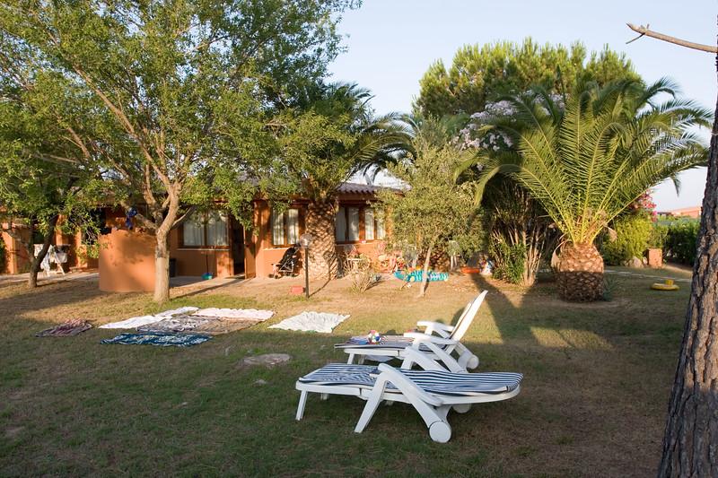 De tuin bij de bungalow.