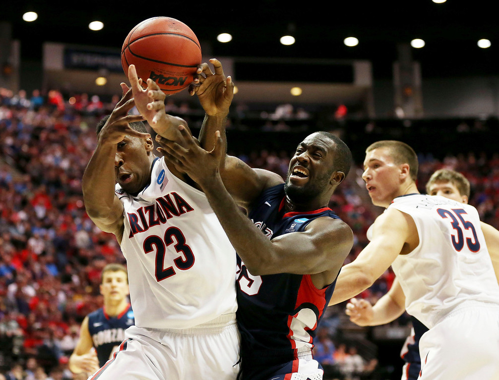 . Rondae Hollis-Jefferson #23 of the Arizona Wildcats and Sam Dower #35 of the Gonzaga Bulldogs vie for the ball inthe first half during the third round of the 2014 NCAA Men\'s Basketball Tournament at Viejas Arena on March 23, 2014 in San Diego, California.  (Photo by Jeff Gross/Getty Images)