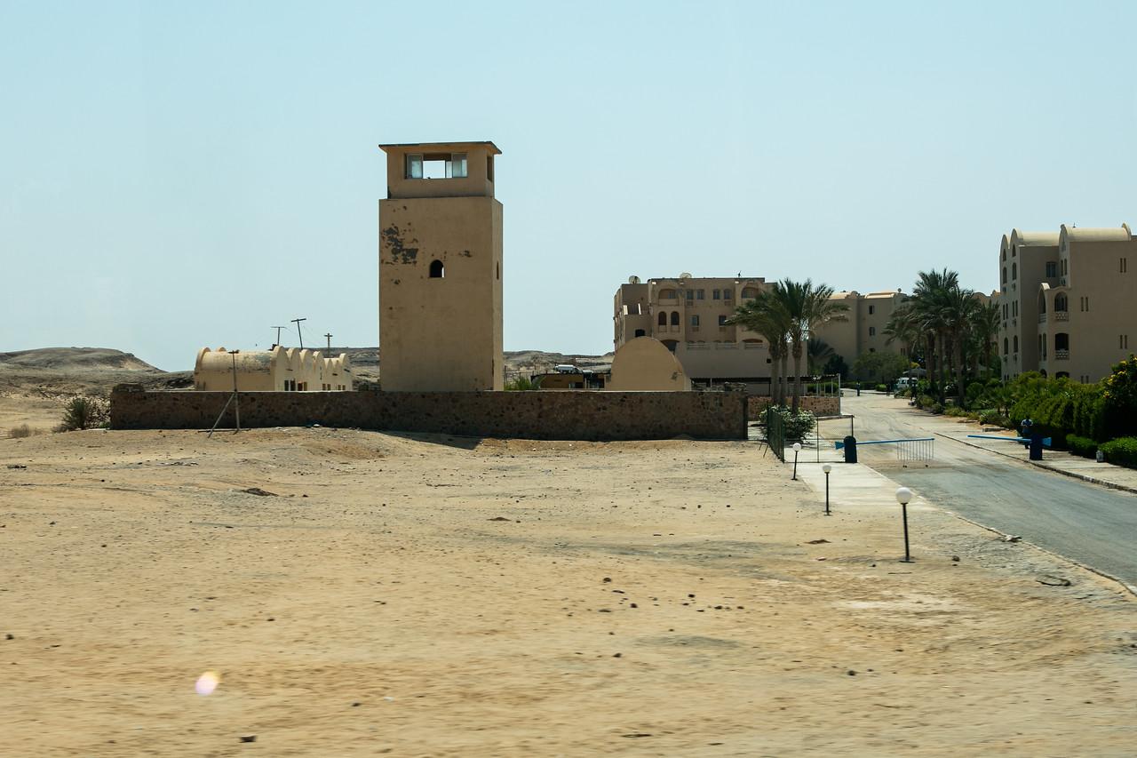 Egipt; Krajobraz; PrzezOknoAutobusu; Safari; pustynia; Specyficzna architektura