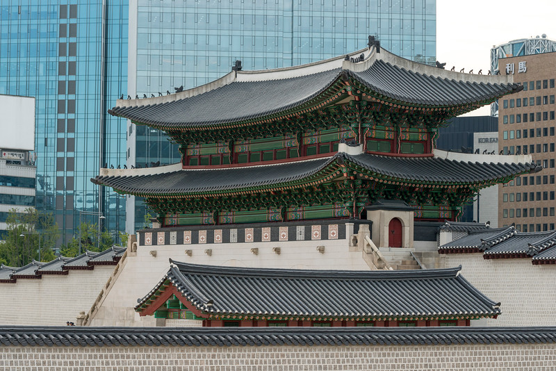 Traditional building with modern skyscrapers in background, Seoul, South Korea