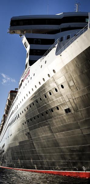 Queen Mary 2 mit Rumpf der in der Sonne glänzt Hamburg