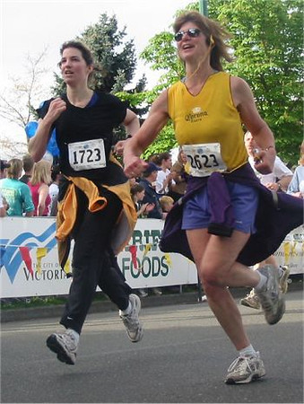 2003 Times-Colonist 10K - What is with this jacket tied around the waist phenomenon?
