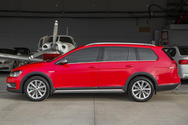 2017 Volkswagen Alltrack Red / Beige