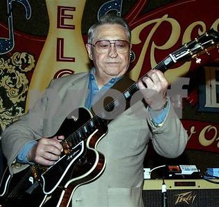 scotty-moore-elvis-presleys-first-guitarist-dies-at-84