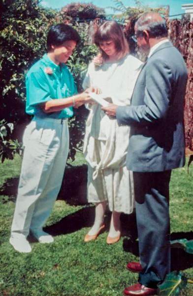 19861129_Tuan_and_Gill_exchanging_rings,_with_Philip_Anjaya-Edit.jpg