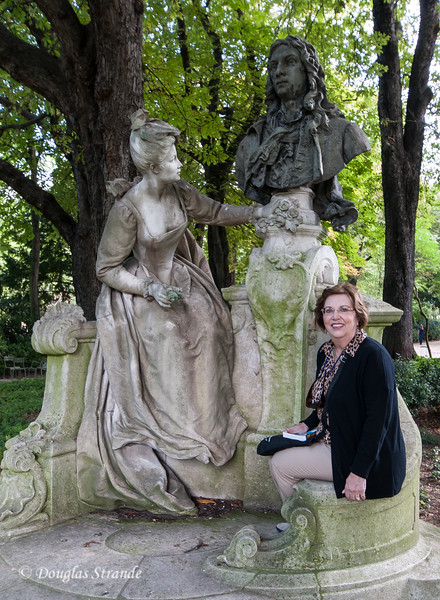 Louise posing with a statue in Luxembourg Garden
