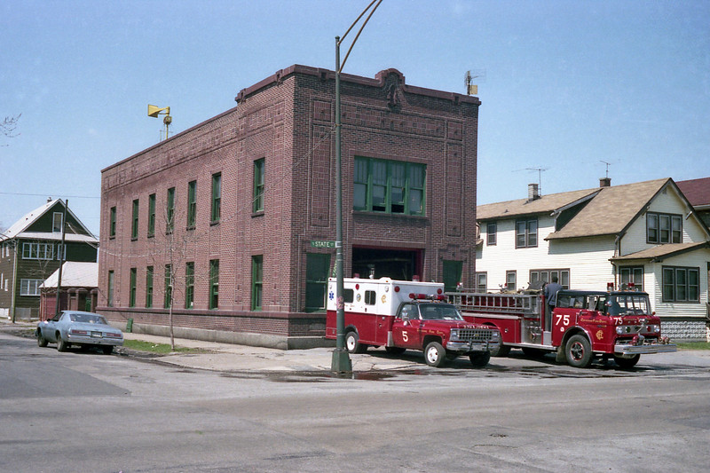 CHICAGO  ENGINE 75  FORD C8000 - E-ONE  1250-500 AND AMBULANCE 5.jpg