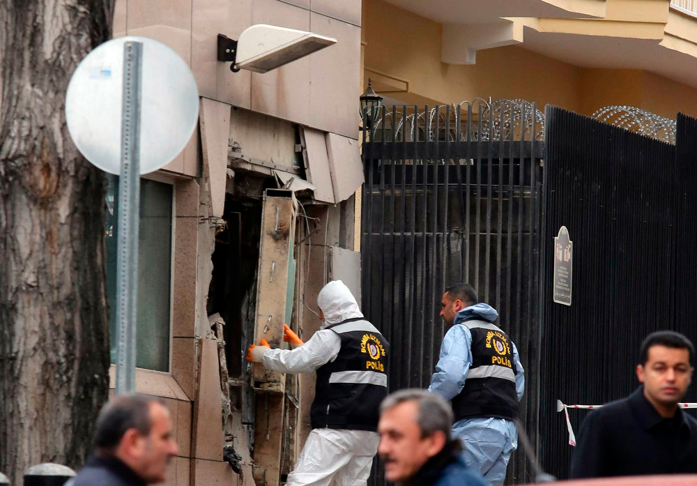 . Turkish police bomb experts inspect the site after an explosion at the entrance of the U.S. embassy in Ankara February 1, 2013. A suspected suicide bomber detonated explosives in an attack which killed two people at the U.S. embassy in Ankara on Friday, the provincial governor Alaaddin Yuksel told reporters.  REUTERS/Stringer