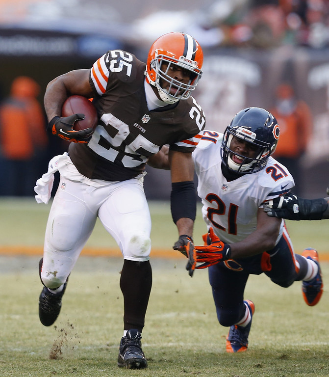 . Fullback Chris Ogbonnaya #25 of the Cleveland Browns is tackled by safety Major Wright #21 of the Chicago Bears at FirstEnergy Stadium on December 15, 2013 in Cleveland, Ohio.  (Photo by Matt Sullivan/Getty Images)